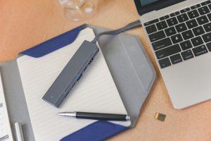 Koncentrator USB-C ma pięć różnych portów: HDMI, USB-C, USB-A, USB-C (DC in) i gniazdo kart microSD / TF.